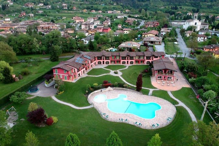 Nette Ferienwohnung für 2-4 Personen auf dem Idro Umgeben von Bergen