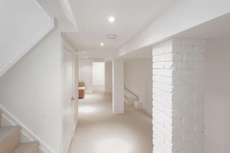 Private & fully equipped apartment near Ottawa St - Hamilton - Huoneisto
