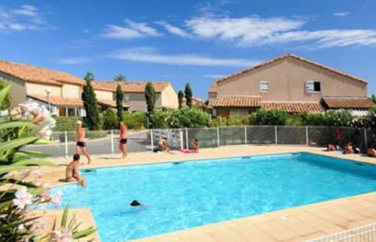 House in a secure residence with swimming pool 200m from the beach.