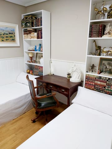 Habitación de 2 camas de 90 con colchones viscoelástico.