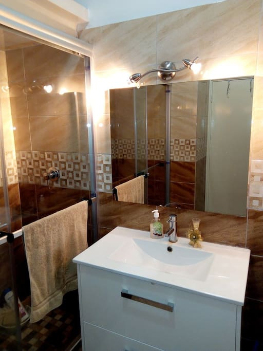 Common bathroom - just for 2 rooms