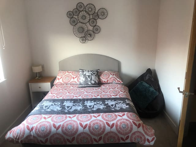 Bedroom in beautiful town house - Newport