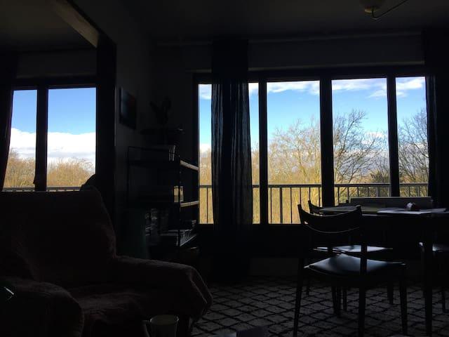 Chambre lumineuse avec vue et grand balcon