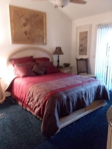 Cozy room, TV, DVD, private bath w/jacuzi tub