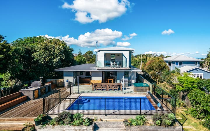 Vista on Hauraki - large family home, views & pool