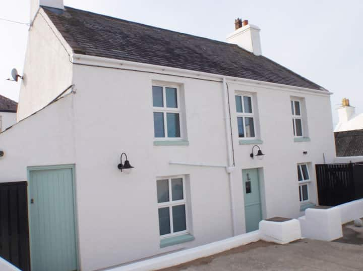 Glandwr: Very Special Cottage with Sea Views
