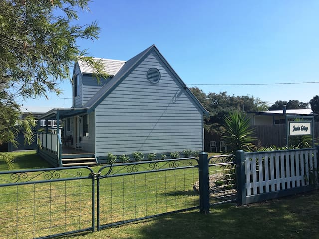 Jacoda Cottage - the cutest house in Coronet Bay