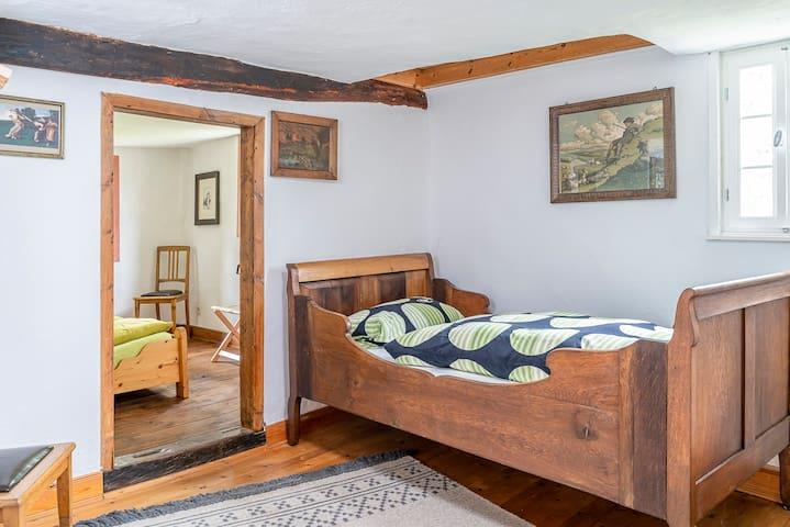 Schlafzimmer 4 hat ein Einzelbett und ist das Durchgangszimmer zu Schlafzimmer 5.