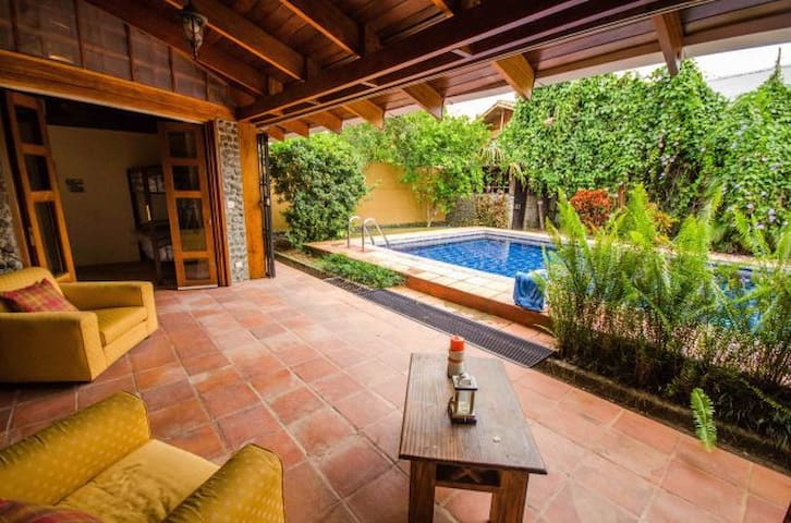Tropical Casa in the heart of Jaco with Pool! - Jacó - Hus