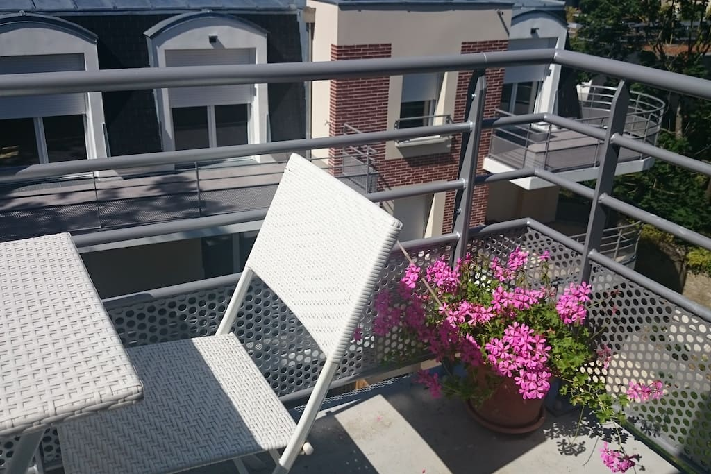 joli studio meubl dans r sidence neuve apartments for. Black Bedroom Furniture Sets. Home Design Ideas