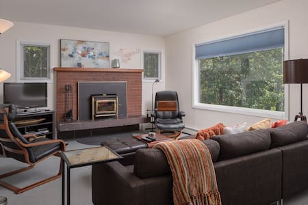 Spacious, Upper Duplex Close to Downtown w/ View