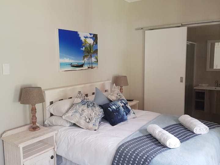 Private room in quiet area 500m from golf course