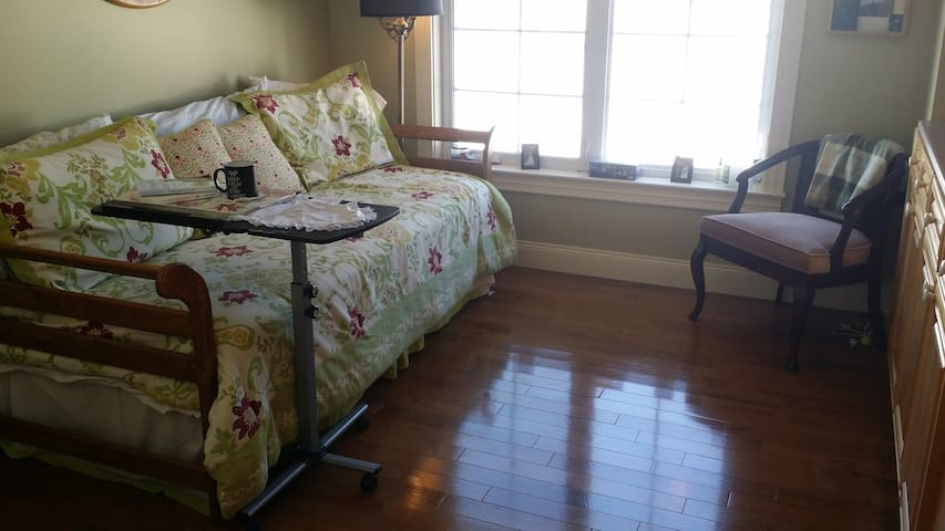 Private room 5 minutes to downtown - Fredericton