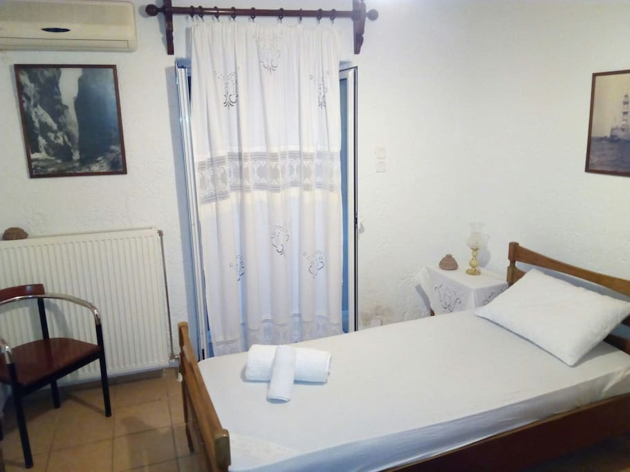 Single-bed room