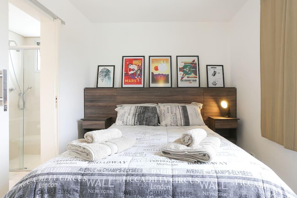 Dormitório com ventilador de teto e aquecedor