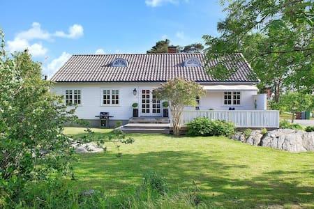 Deilig Sørlandshus i hjertet av Lillesand - Villa