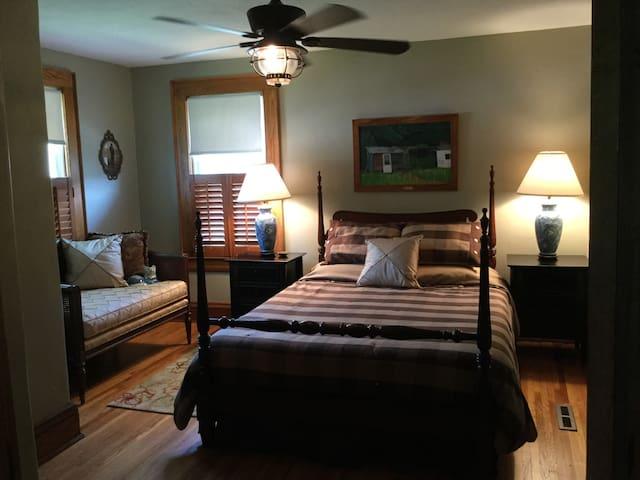 Upstairs queen bed, Tempur-pedic mattress and settee
