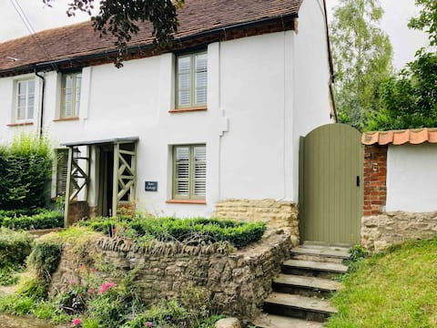 Cottage with views in the heart of historic Dinton