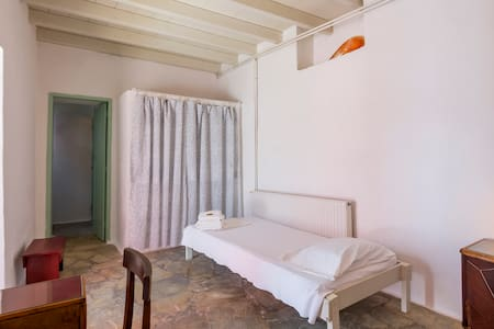 A simple cosy room in Alinda, Leros - Wikt i opierunek