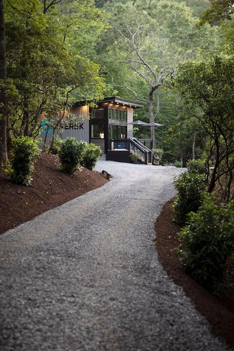 BRAND NEW Luxury-Romantic Modern MTN Home w/HotTub