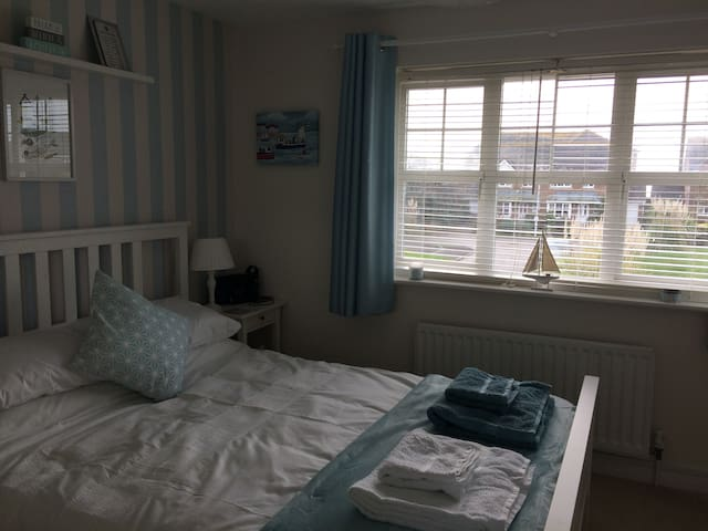 Bright modern home, a stones throw from the beach - Bognor Regis - Szoba reggelivel