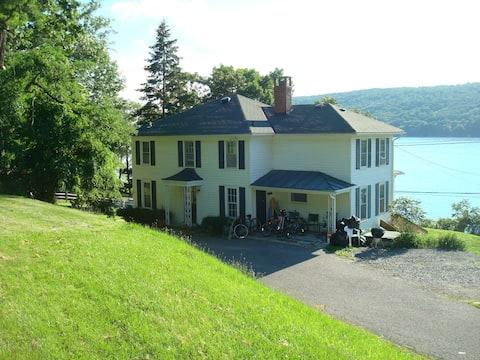 Beautiful 4-Season house with fabulous lake view.