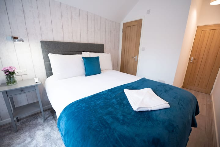 Luxury Double Ensuite Bedroom With Shared Kitchen