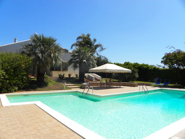 Elegante Villa Blanca piscina 8-10p, AC, Parking