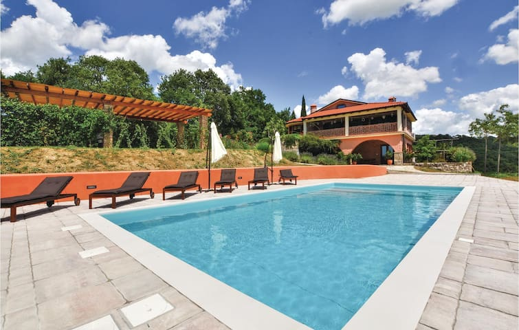 Holiday cottage with 5 bedrooms on 240 m² in Secovlje