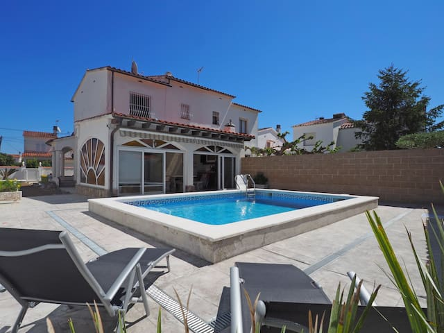 House with garden and private pool 450 meters from the beach. It is distributed on two fl