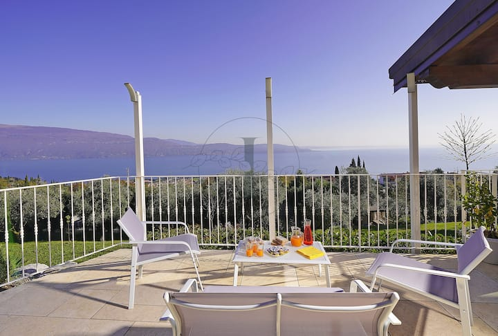Villa dei Roccoli :A paceful oasis for big groups