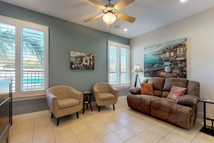 Cozy condo with updated features - blocks from the beach!