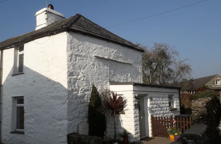 Kendal & Lakes -Toby Cottage-Quaint & Pet Friendly