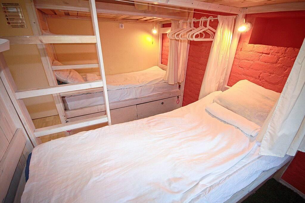 Спальные места оборудованы индивидуальными светильниками и шторками, так же имеются прикроватные ящики с замком