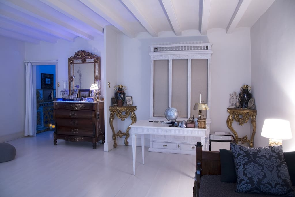 This is Clara´s private area. My office is here too. Don´t hesitate to count on me. I want my guests to feel pleasant and comfortable in my apartment. Peace and love. Namaste!