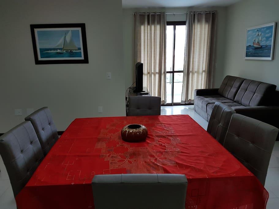 Sala de jantar e de TV, com sofá cama para casal.