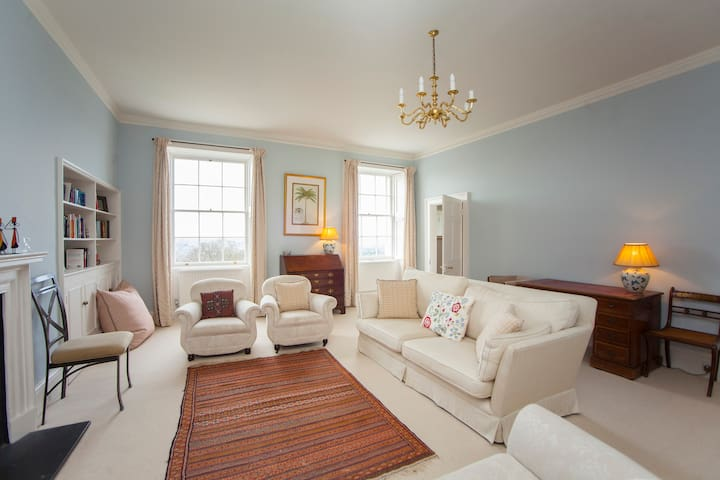 LUXURY 4 Bedroom Bath Crescent Home - PRIVATE LIFT