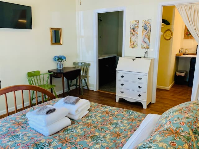 Art BnB Studio - close to DTM and UVa!