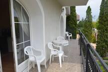 Балкон с видом на улицу Аттила соединяет апартаменты №1 и №2, для отдыха и курения на балконе стол и стулья