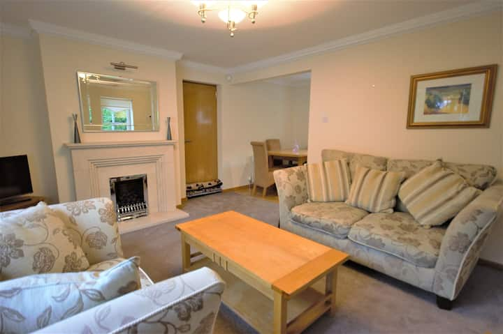 Comfortable, Spacious House with Private Parking