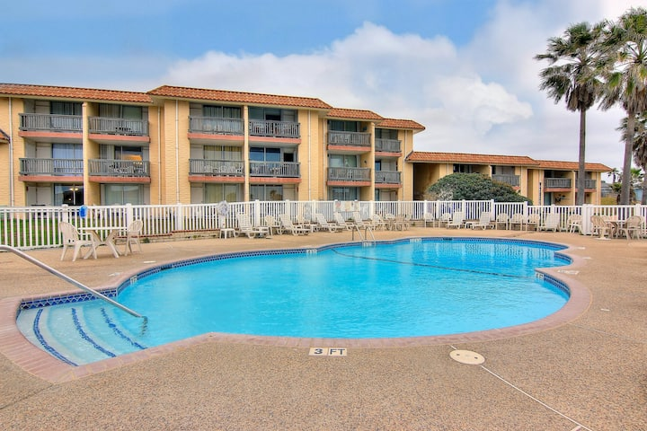 Cozy condo w/ shared heated pool/tennis/picnic area - steps to beach!