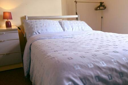 Mid-Wales Town Centre Spacious Room in Quiet Flat. - Llandrindod Wells