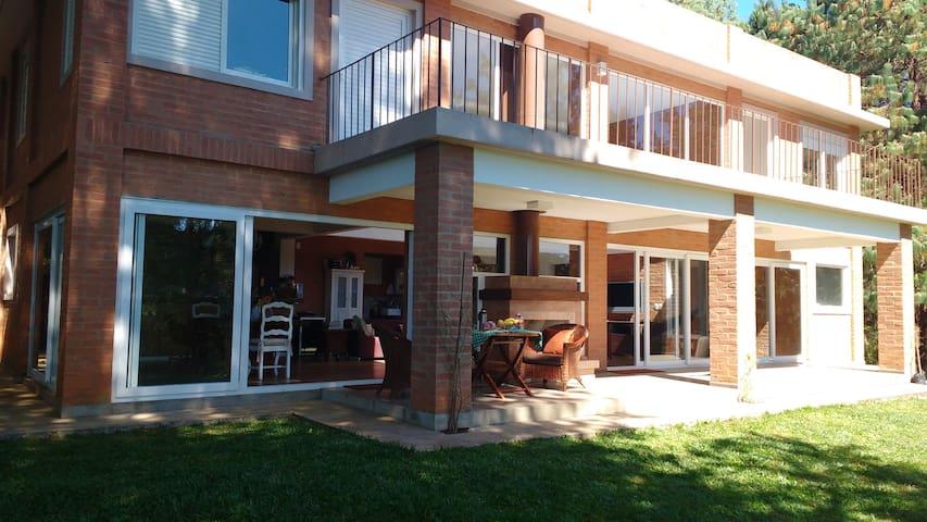 Linda Casa Moderna, a 300m da avenida principal! - Monte Verde - Blockhütte
