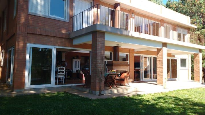 Linda Casa Moderna, a 300m da avenida principal!