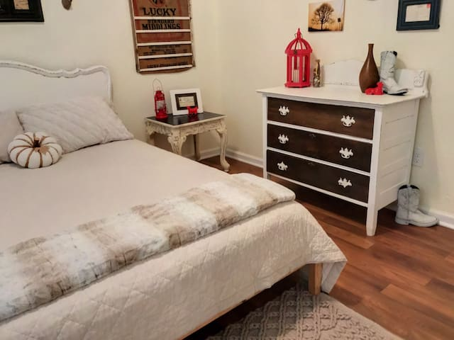 ♥ Rustic Chic 1BR ♥ 2 blks to Historic Downtown