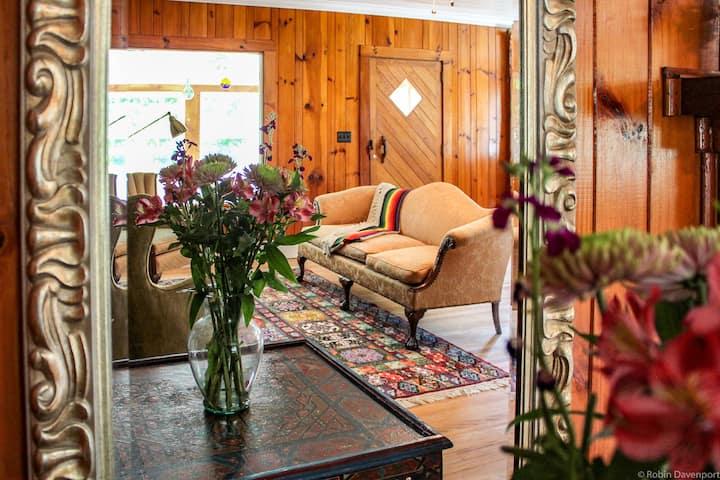 Charming Vintage Mountain Cottage