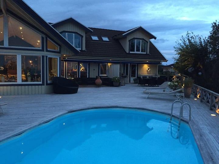 Villa med pool i Hällsvik för 6 Pers