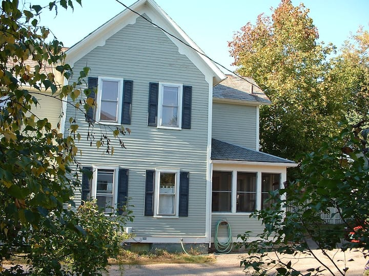 3 bdrms in a 4 bdrm house w/ existing tenant