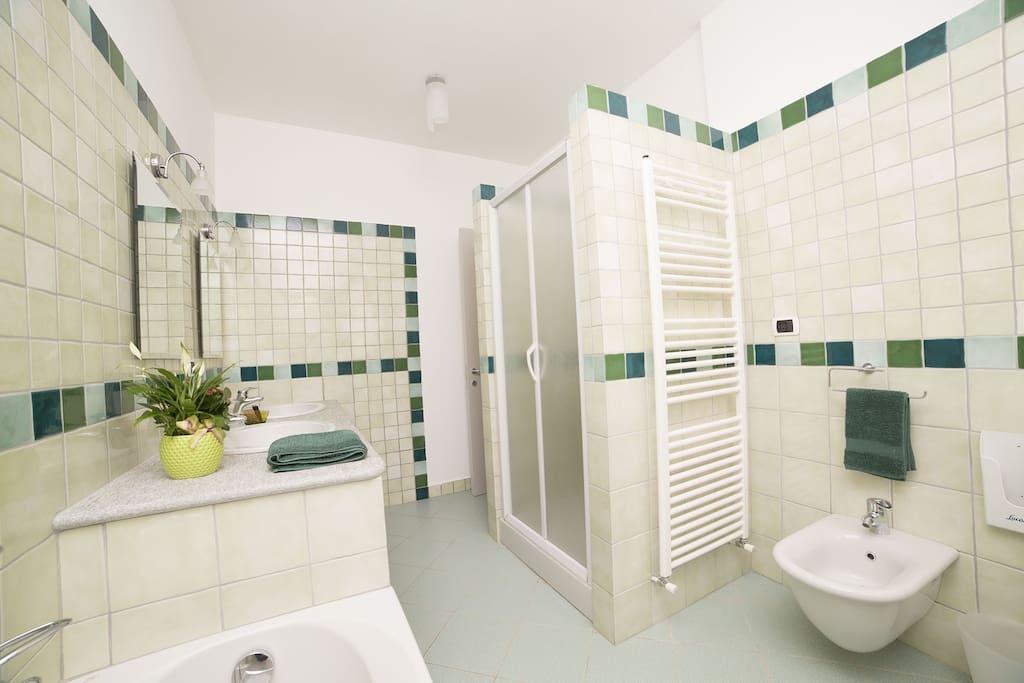 Il bagno è adatto a un'utenza doppia, con un doppio lavabo, la doccia e la vasca da bagno.