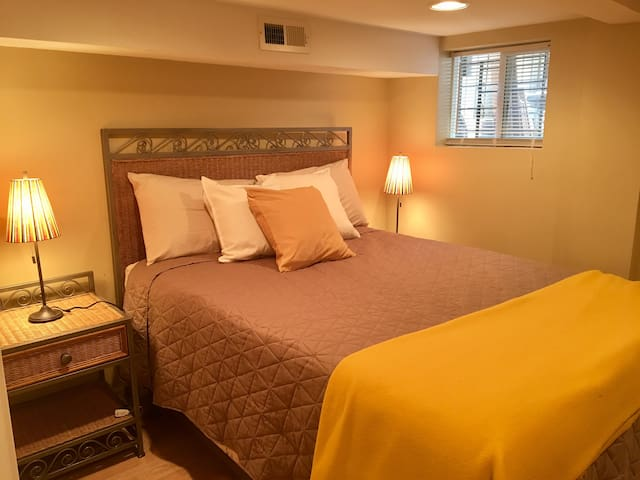 Yellow Room in 3BR/2bath Apt, 5 min to train